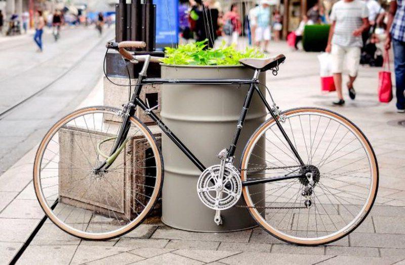 дорожный велосипед на улице города фото